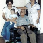 En Manta, en casa de su abuelo materno César Corral Villafuerte, su madrina Rosa Zamora de Corral, y su hija Daniela en brazos, 1980.