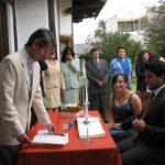 Celebrando la ceremonia civil del matrimonio de su hijo Sebastián Vallejo con Diana Paredes, el 18 de julio de 2009
