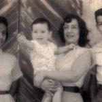 Con su mamá Aída y sus hermanos Tito y Zita, en Guayaquil, 1960.