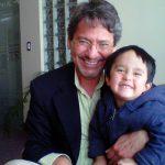 Con su nieto Martín Vallejo Paredes, el 23 de julio de 2011 en el aeropuerto de Quito.