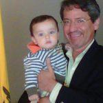Con su nieto Mateo Vallejo Paredes, el 23 de julio de 2011 en el aeropuerto de Quito.