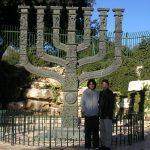 Con Sebastián Vallejo frente a la Knesset, en Jerusalén, 2004.