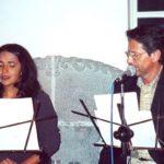 Junto a la actriz Madeleine Loayza durante el recital de poesía que tuvo lugar en la presentación de Cánticos para Oriana, el 26 de marzo de 2003, en el Centro Cultural Benjamín Carrión, Quito