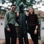 """Junto a la estatua de Chaplin, con Gilda Holst, en Mérida, Venezuela, un alto en medio de la II Bienal de Literatura """"Mariano Picón Salas"""", 1993."""