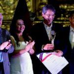"""Entrega del premio Joaquín Gallegos Lara 2013, por """"Pubis equinoccial"""", el 28 de noviembre. Junto a Jorge Albán, vicealcalde; Luisa Maldonado, concejala; y Augusto Barrera, Alcalde de Quito."""