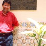 En la casa donde Alejo Carpentier situó el escenario habanero de su novela El siglo de las luces, en La Habana, en 2002.