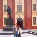 En Callao, frente al colegio militar Leoncio Prado, escenario de La ciudad y los perros, de Mario Vargas Llosa, con la académica cubana - ecuatoriana Zuleika Cruz, en septiembre de 2002.