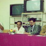Con los escritores Jorge Velasco Mackenzie y Carlos Béjar Portilla y la crítica Cecilia Ansaldo Briones, en la inauguración de la biblioteca del Colegio Alemán Humboldt, de Guayaquil, el 20 de septiembre de 1990.