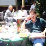 En el café Sigi, en Villa Freud, Buenos Aires, el 24 de noviembre de 2000. La foto fue tomada por Miguel Ángel Velazco, el dueño del departamento de la calle Bulnes 2009, en donde vivieron José María Velasco Ibarra y su esposa Corina Parral.