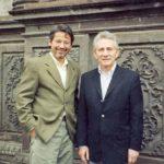 Con el novelista argentino Marcos Aguinis, frente a la iglesia de La Compañía, en Quito, en abril de 2004.