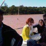 Navegando por el río Luján, en su paso por el partido del Tigre al norte de la provincia de Buenos Aires, con Ricardo Kirshbaum, la sicoanalista Nora Sigal de Eliscovich y, al fondo, la poeta Sara Cohen, el 15 de marzo de 2009.