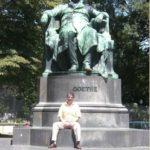 Junto al monumento a Goethe, en Viena, julio 3, 2010.
