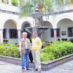 Con el crítico cubano Emmanuel Tornés, en el Palacio de Carondelet, Quito; octubre de 2010.