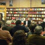 Con Juan David Correa, durante la presentación de la edición colombiana de Acoso textual, en el Centro Cultural Gabriel García Márquez, Bogota, julio 12, 2012.