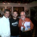 Durante el VIII Carnaval de las Artes, en Barranquilla, con el cantante Kevin Johansen y Daniel Divinsky, director de Ediciones La Flor. La Cueva, 16 de febrero de 2014.