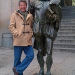 Junto a la estatua de Miguel de Cervantes en Toledo, noviembre 10 de 2013.