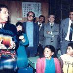 """Visitando un centro de alfabetización, durante la campaña nacional de alfabetización """"Monseñor Leonidas Proaño"""", en 1989. Sobre el hombro derecho de Federico Mayor, director general de Unesco, que está en primer plano; en el extremo derecho, Alfredo Vera, ministro de Educación."""